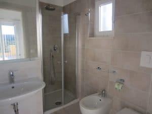 Bagno accessoriato con box doccia