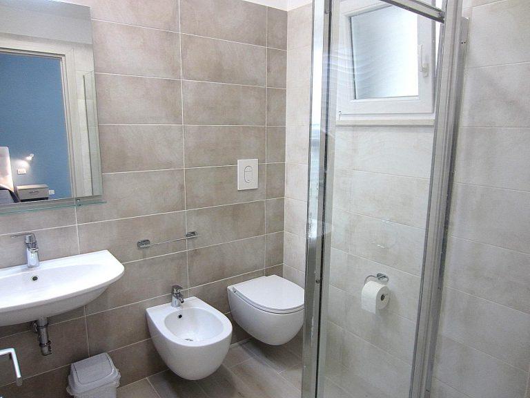 bagno-accessoriato-doccia-monolocale-4