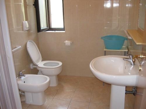 Bagno accessoriato appartamento trilocale al piano terra
