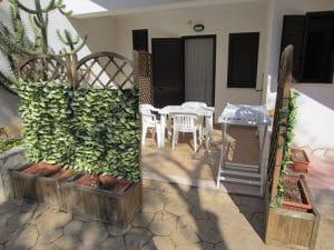 Veranda esterna con tavolo e sedie da giardino