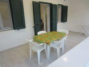 Veranda del bilocale con tavolo e sedie da giardino