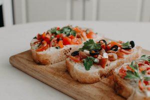 Bruschetta, fetta di pane con pomodori e olio di oliva